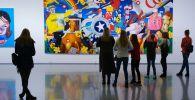 Посетители на художественной выставке. Архивное фото