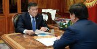 Президент Кыргызстана Сооронбай Жээнбеков во время встречи с премьер-министром КР Мухаммедкалыем Абылгазиевым