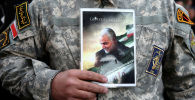 Демонстрант держит фотографию убийстого иранского генерала Касема Сулеймани в Тегеране. 3 января 2020 года