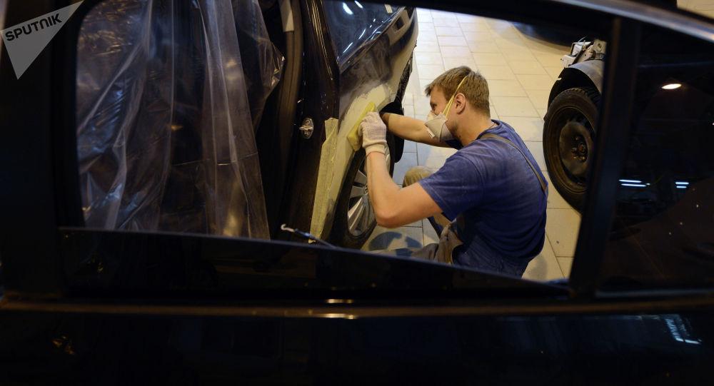 Сотрудник цеха кузовного ремонта. Архивное фото