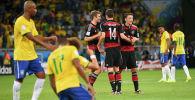 Игроки сборной Германии празднуют победу в конце полуфинального футбольного матча между сборными Бразилии и Германии на стадионе Mineirao в Белу-Оризонти во время чемпионата мира по футболу 2014 года 8 июля 2014 года.