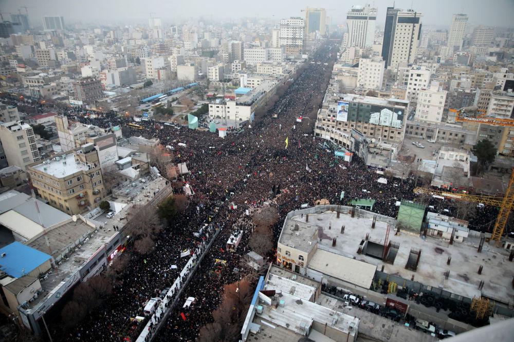 Иранцы идут за машиной с гробами убитого генерал-майора Кассема Солеймани и других в северо-восточном городе Мешхед. 5 января 2020 года