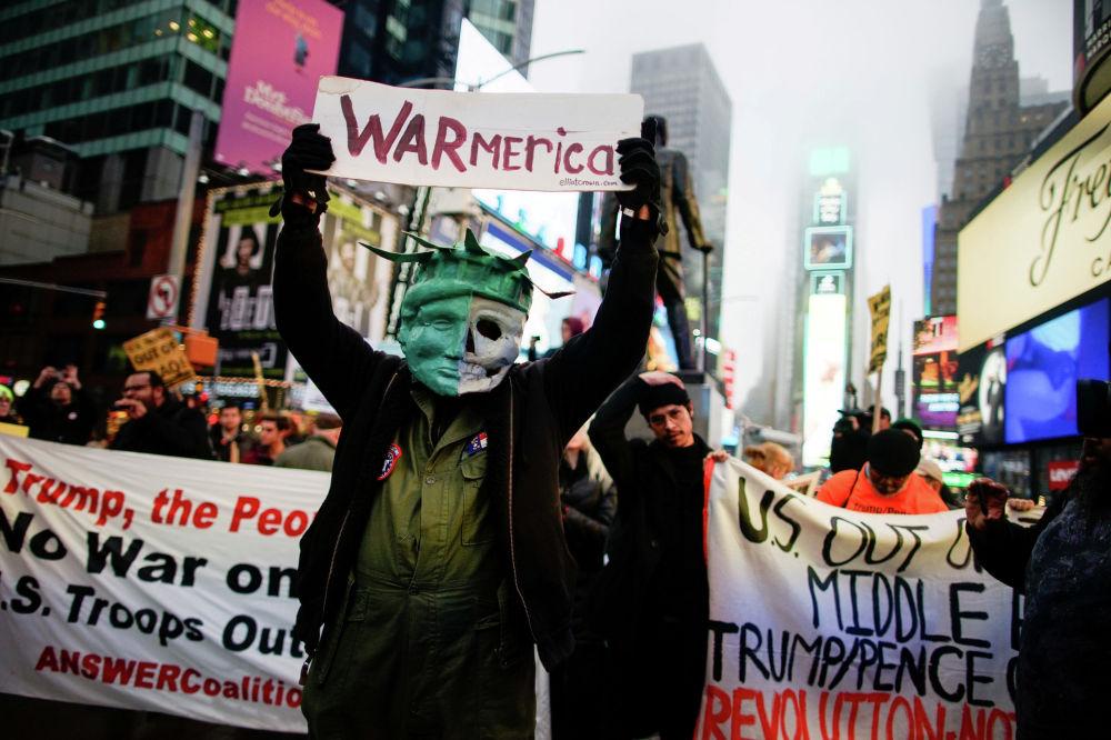 Жители Нью-Йорка и Вашингтона вышли на акции протеста, посвящённые политике Белого дома в Иране и Ираке.
