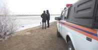 4 января четверо мальчишек провалились под лед на реке Урал в Атырау. Их спасение в темноте запечатлел видеожетон одного из полицейских.