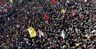 Иранские скорбящие на похоронном шествии за убитого генерала Касема Солеймани в его родном городе Кермане. 7 января 2020 года