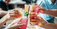 Группа людей пьют безалкогольные напитки. Архивное фото