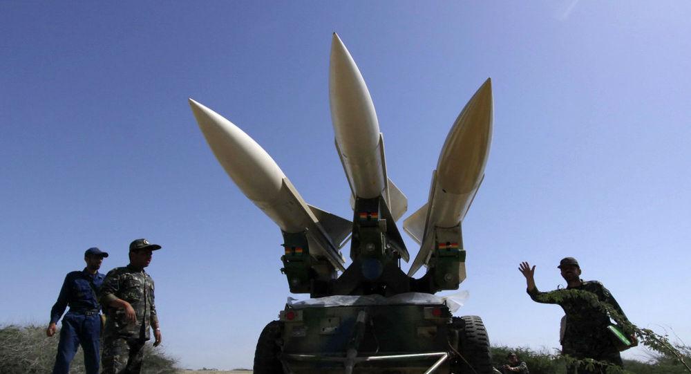 На этом фото, опубликованном полуофициальным агентством Ирана Mehr, военнослужащие иранской армии готовят ракеты во время маневра в Ормузском проливе. Иран, 6 мая 2010 года.