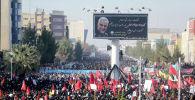 Иранский народ посещает похоронную процессию и похороны генерала-майора Ирана Кассема Солеймани, главы элитных сил Кудс, который был убит в результате авиаудара в аэропорту Багдада в его родном городе в Кермане. Иран, 7 января 2020 года