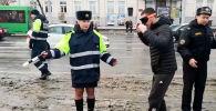 Белорусские автоинспекторы провели необычную акцию, предложив водителям примерить пьяные очки. Насколько тяжело нетрезвому человеку ориентироваться в пространстве, смотрите на видео.