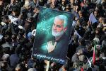 Иранские скорбящие собираются на заключительном этапе похоронных шествий за убитого генерала Касема Солеймани в своем родном городе Кермане. 7 января 2020 года