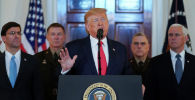 Президент США Дональд Трамп выступает с заявлением об Иране в окружении министра обороны США Марка Эспера, вице-президента Майка Пенса и военных лидеров в Большом фойе Белого дома в Вашингтоне. США, 8 января 2020 года