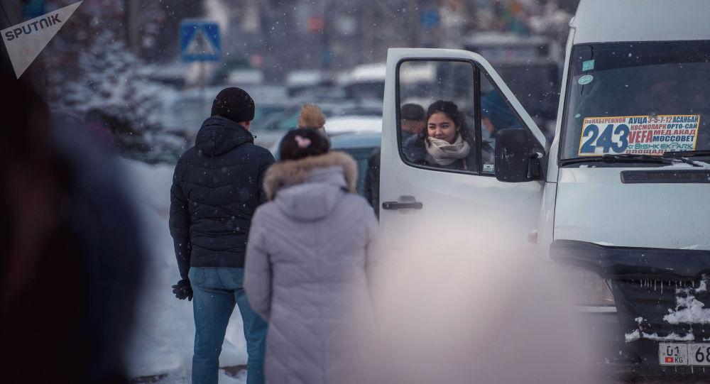Люди на остановке садятся на маршрутное такси. Архивное фото
