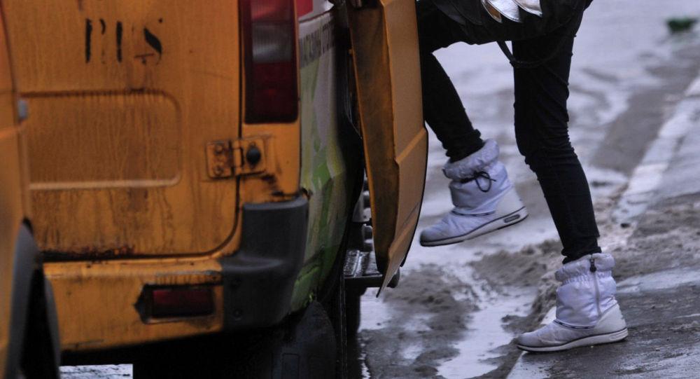 Пассажир у маршрутного такси в одном из районов Москвы.