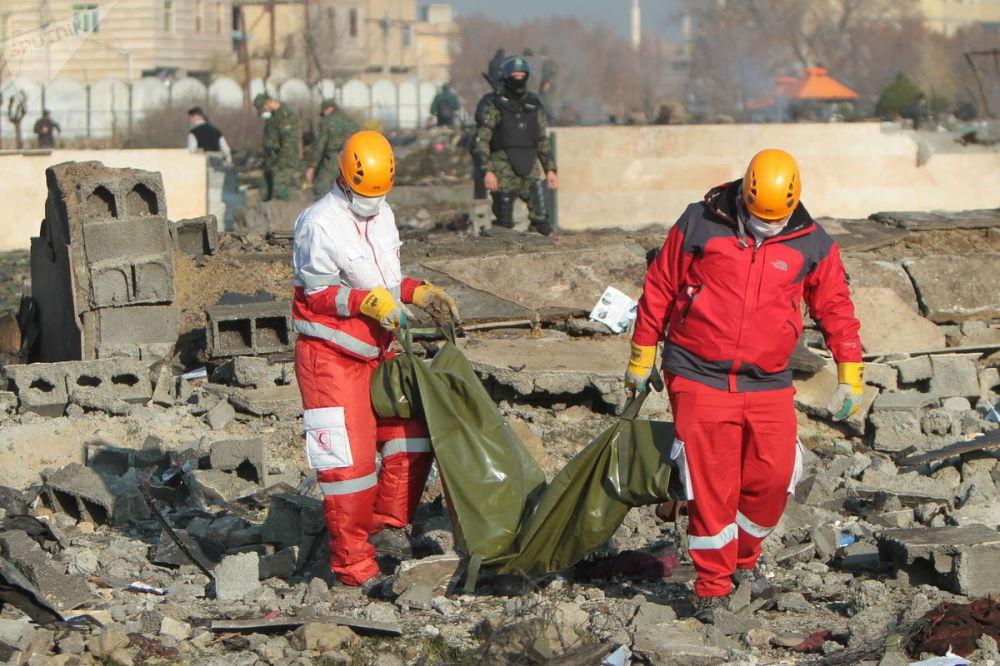 По сообщениям очевидцев, огонь распространялся по фюзеляжу самолета