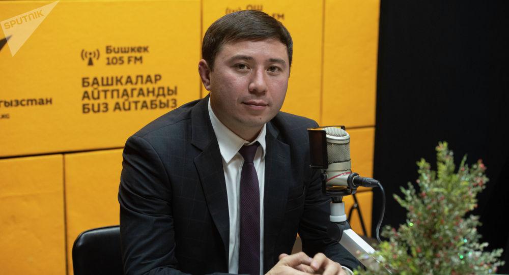 Руководитель Управления государственным долгом при Министерстве финансов Руслан Татиков во время беседы на радио