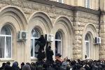 Администрации главы государства находится на площади в Сухуми. Митингующие проникли внутрь через разбитые окна.