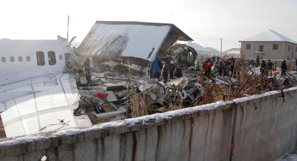 Сотрудники спасательной службы и полиции работают на месте крушения самолета Fokker 100 казахстанской авиакомпании Bek Air, следовавшего рейсом Алма-Ата – Нур-Султан.