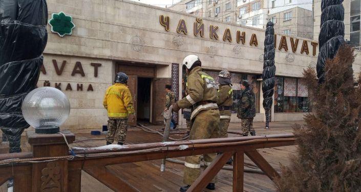 Сотрудники МЧС на месте пожара кафе Navat на пересечении улиц Московской и Ибраимова в Бишкеке