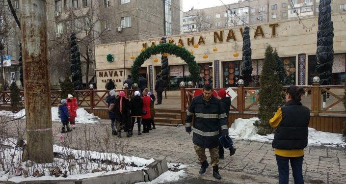Сотрудники МЧС и МВД на месте пожара кафе Navat на пересечении улиц Московской и Ибраимова в Бишкеке