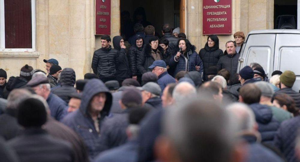Абхазиядагы митинг катышуучулары. Архивдик сүрөт
