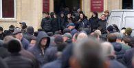 Протестующие у здания администрации президента Республики Абхазия в Сухуме. Архивное фото