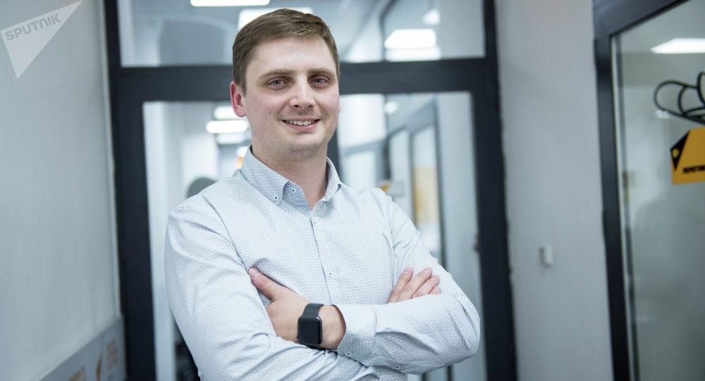 Руководитель дизайн-студии Владислав Попов во время беседы на радио