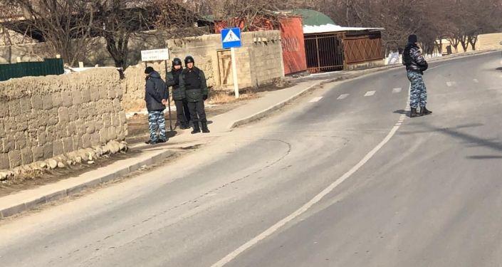 Сотрудники правоохранительных органов охраняют порядок на на границе Кыргызстана и Таджикистана в местности Жака-Орук