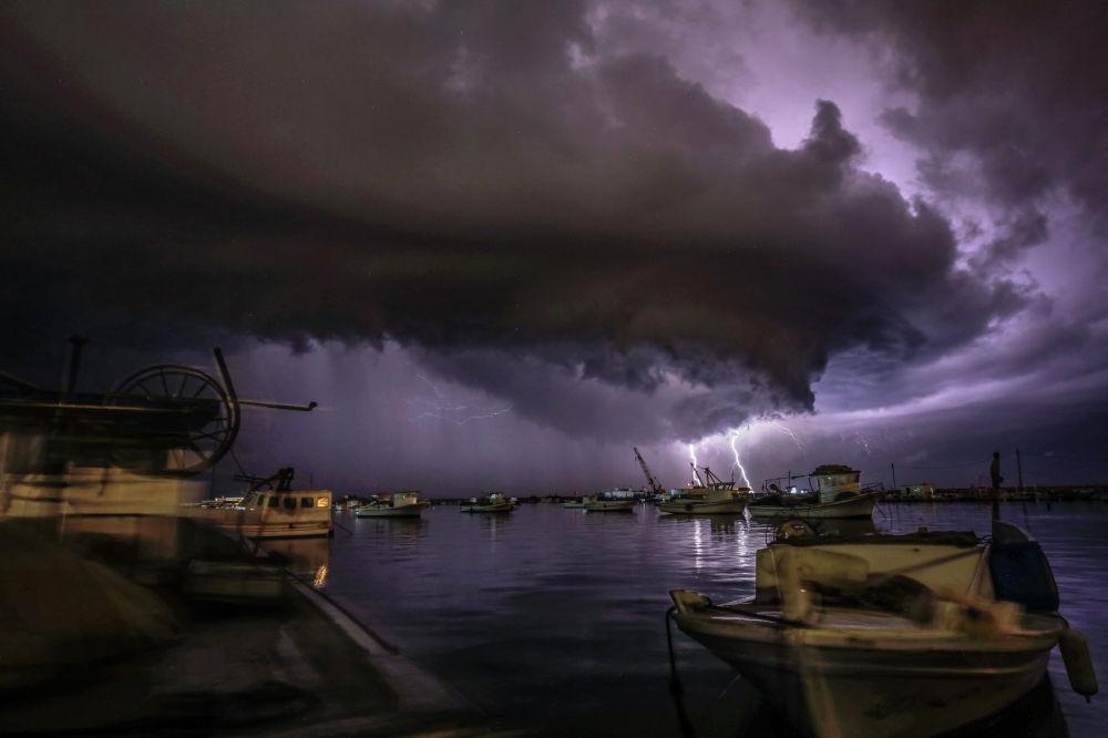 Молнии во время грозы над Средиземным морем в Триполи (Ливан)