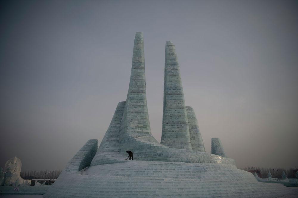 Ледяная статуя на снежном фестивале в Харбине (Китай)
