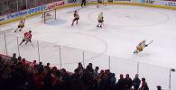 В матче чемпионата Национальной хоккейной лиги (США и Канада) вратарь клуба Нэшвилл Предаторз стал автором удивительного гола.