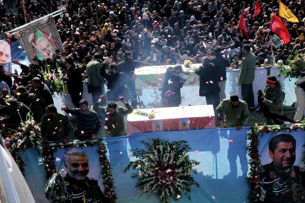 Похороны заместителя главы иракского шиитского ополчения Абу Махди аль-Мухандиса и иранского генерала Касема Сулеймани в Багдаде (Ирак)