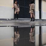 Девушки фотографируются на улице в Ханое (Вьетнам)
