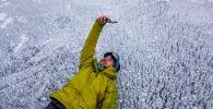Девушка фотографируется на озере Байкал в России