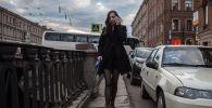 Девушка гуляет с собакой на одной из улиц Санкт-Петербурга. Архивное фото