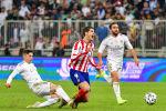 Игрок Реала Федерико Вальверде совершает фол против нападающего Атлетико Альваро Мораты во время финала Суперкубка Испании. 12 января 2020 года