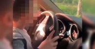 В Алматы оштрафовали владельца внедорожника Mercedes-Benz Gelandewagen за то что позволил своему шестилетнему сыну самостоятельно упралять машиной.