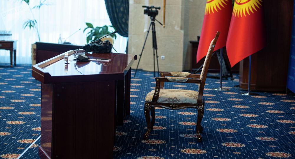 Президенттин орун жайы пресс-конференциянын алдында. Архивдик сүрөт