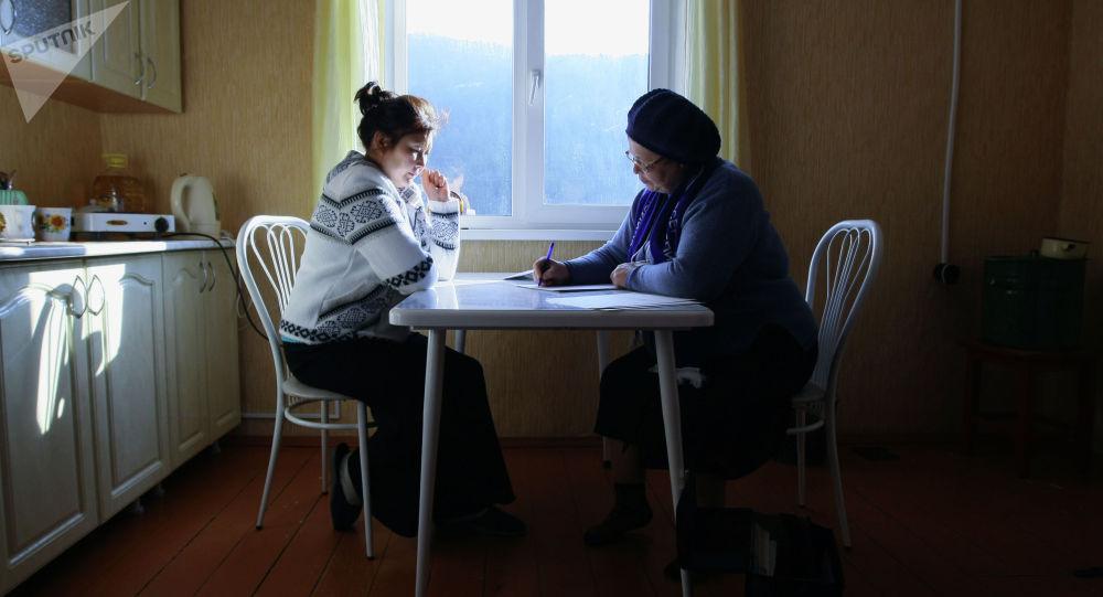 Сотрудник службы переписи населения проводит перепись. Архивное фото