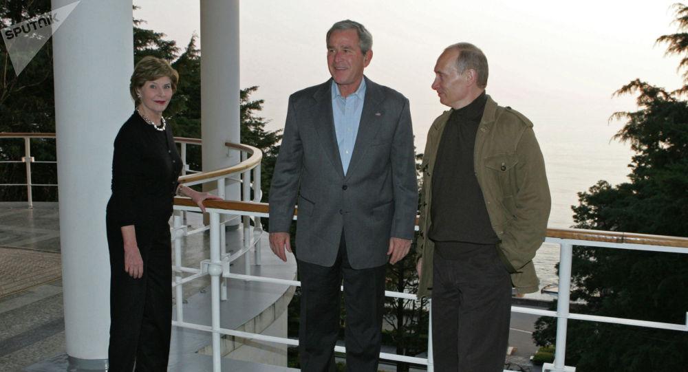 Россия лидери Владимир Путин менен АКШнын 43-президенти Жорж Буш. Архивдик сүрөт