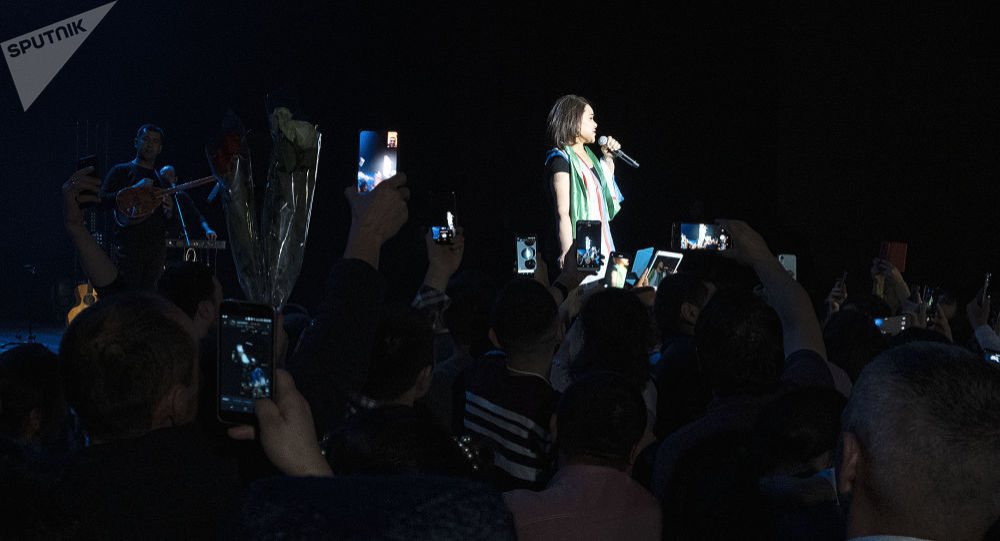 Певица Юлдуз Усманова на юбилейном концерте в Москве