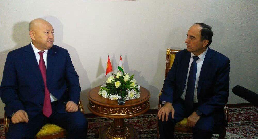 Вице-премьер-министры Кыргызстана Жениш Разаков и Таджикистана Азим Иброгим проводят переговоры по ситуации на границе