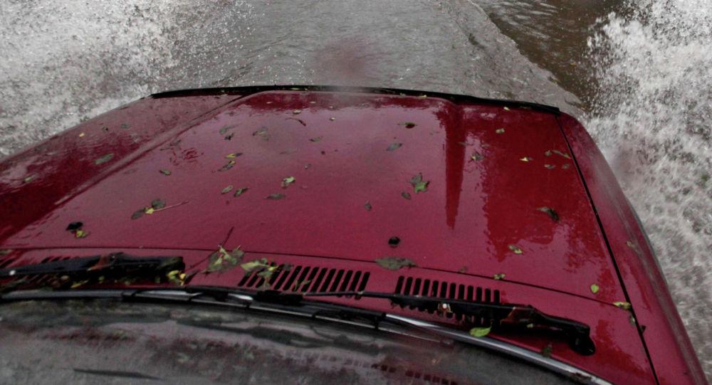 Автомобиль на залитой водой улице. Архивное фото