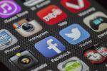Значки популярных социальных сетей на экране смартфона