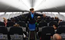 Бортпроводница в салоне самолета. Архивное фото