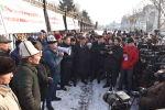 Жогорку Кеңештин алдында чек арадагы чыр-чатактарга байланышкан митинг өтүп жатканын Sputnik Кыргызстандын кабарчысы кабарлады