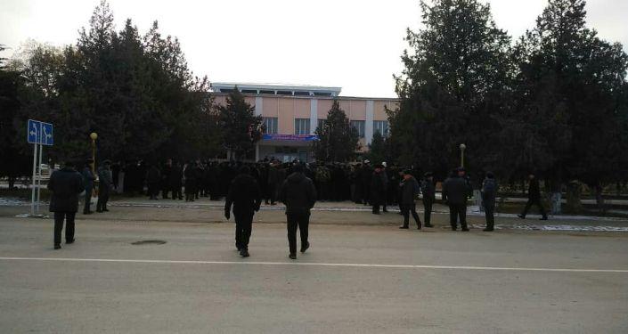 Участники митинга против приграничных конфликтов в городе Баткен