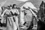 Народная артистка КР Жамиля Сыдыкбаева и лауреат Оскара Патриция Нил во время съемок в фильме Чингиз хан в 1992 году