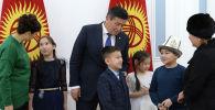 Президент КР Сооронбай Жээнбеков провел встречу с детьми, потерявшими своих родных и близких в результате авиакатастрофы в селе Дача-Су 16 января 2017 года