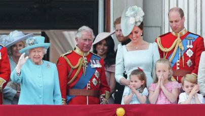 Члены королевской семьи (ЛР), британская Камилла, герцогиня Корнуолла, британская королева Елизавета II, британский принц Чарльз, принц Уэльский, британская Меган герцогиня Сассексская, британский принц Гарри, герцог Сассекс, британская Екатерина герцогиня Кембриджская (с принцессой Шарлоттой и принцем Джорджем) и британский принц Уильям, герцог Кембриджский, стоят на балконе Букингемского дворца в Лондоне, чтобы наблюдать за пролетом самолетов Королевских ВВС. 09 июня 2018 года