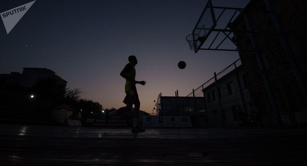 Тренировки по баскетболу ночью. Архивное фото
